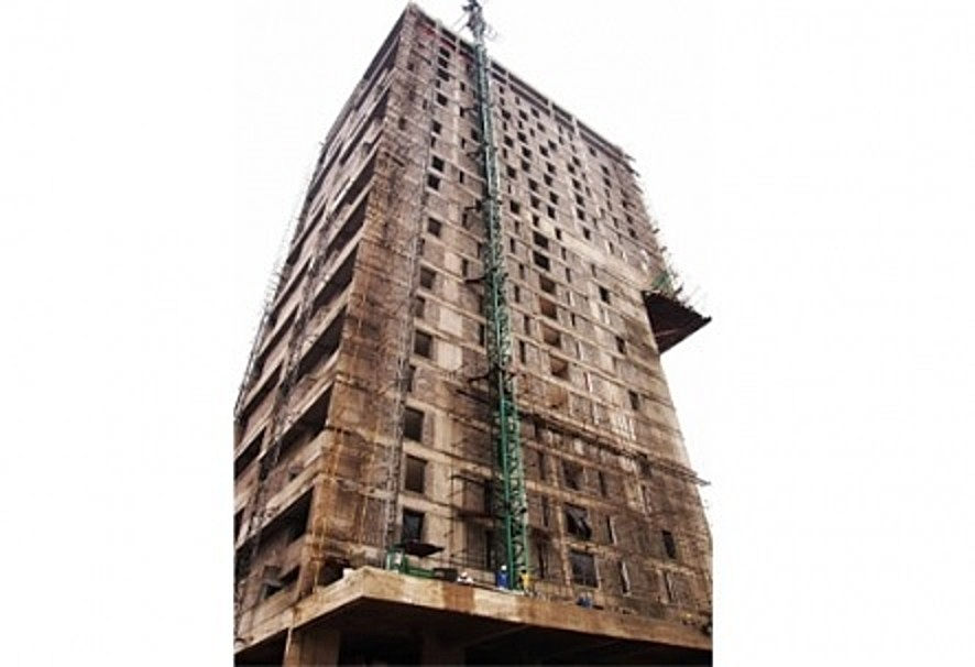 Side view of 30 storey Alto Tower during construction (livinspaces.net)