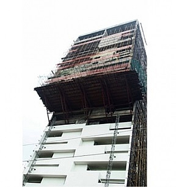 Ongoing construction of 30 storey Alto Tower showing close-up of cantilever structure (livinspaces.net)